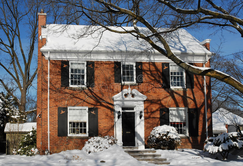 Sneeuw behandeld huis royalty-vrije stock foto