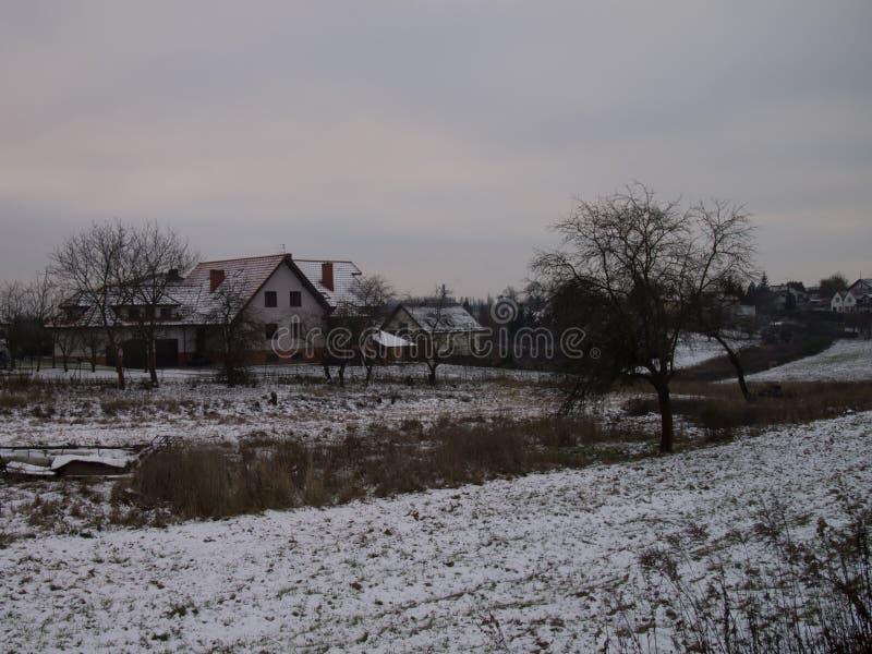 Sneeuw behandeld huis en mooi landschap - wintertijd - Kerstmis royalty-vrije stock afbeeldingen