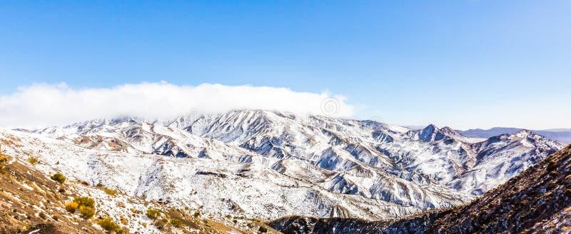 Sneeuw Behandelde Atlasbergen in Marokko stock foto's