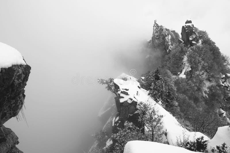 Sneeuw behandelde berg royalty-vrije stock afbeelding