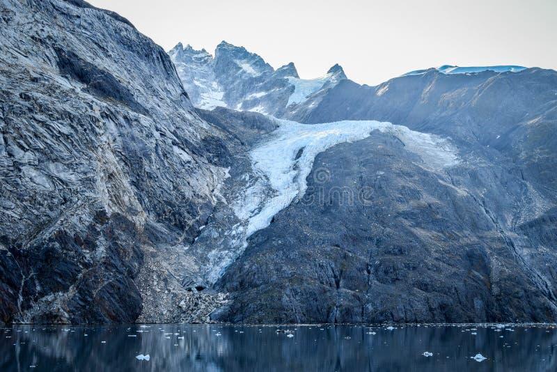 Sneeuw behandelde berg in Gletsjerbaai, Alaska stock fotografie