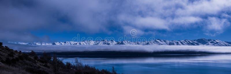 Sneeuw behandelde bergen stock fotografie