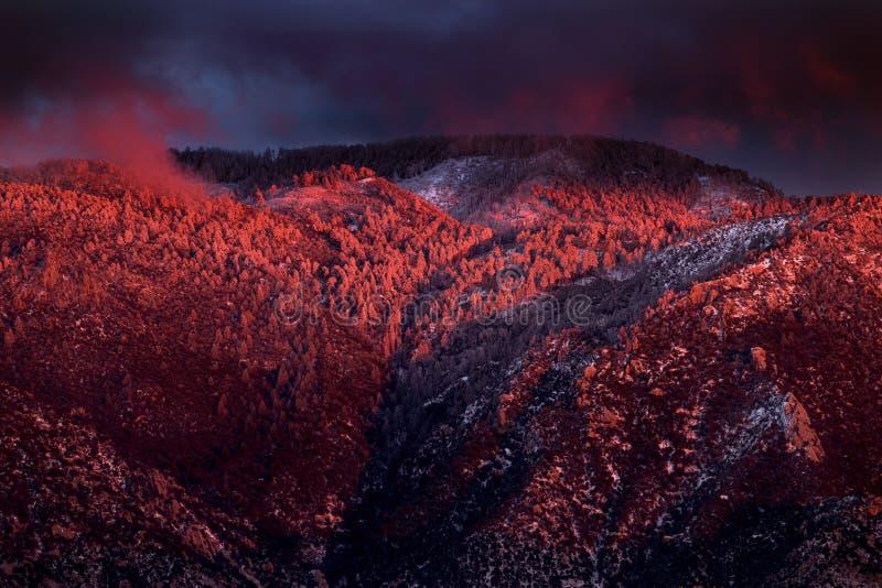 Sneeuw behandelde bergen met zonsondergang alpenglow royalty-vrije stock afbeelding