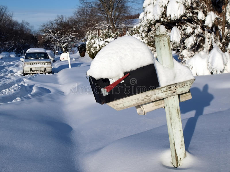 Sneeuw behandelde brievenbus stock foto's