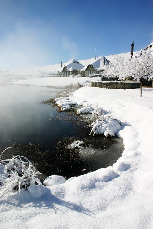 Sneeuw behandelde huizen stock foto's