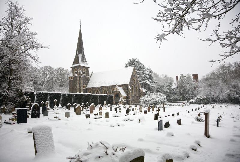 Sneeuw behandelde kerk en ernstige werf royalty-vrije stock fotografie