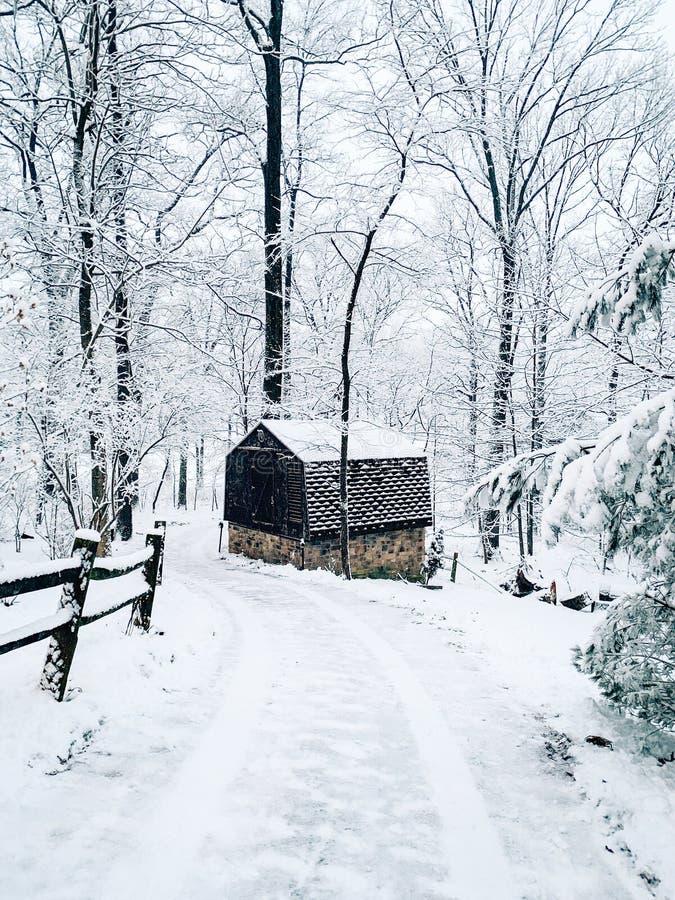 Sneeuw behandelde landweg en kleine schuur in de winter, Glen Rock, Pennsylvania royalty-vrije stock afbeeldingen