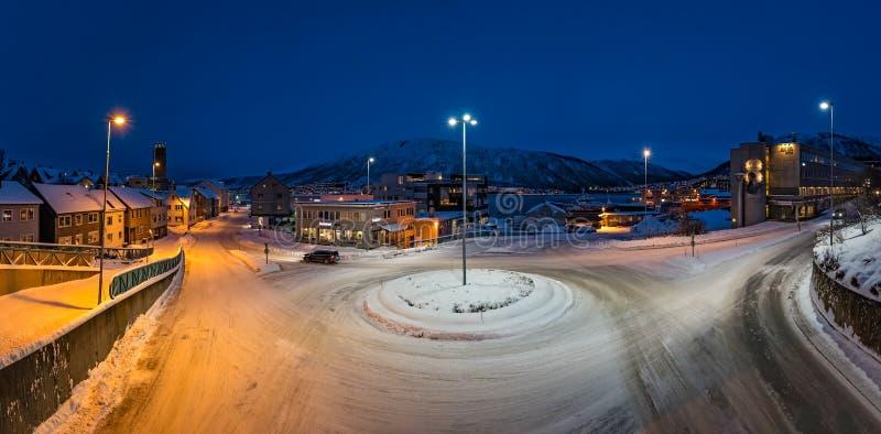 Sneeuw behandelde rotonde in Tromso in de winter royalty-vrije stock afbeelding