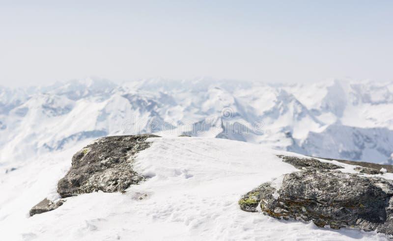 Sneeuw behandelde rots met een bergmening in de rug royalty-vrije stock foto's