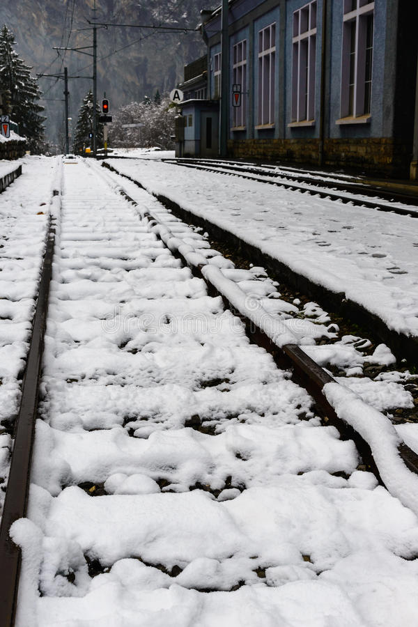 Sneeuw behandelde spoorweg in de winter stock foto