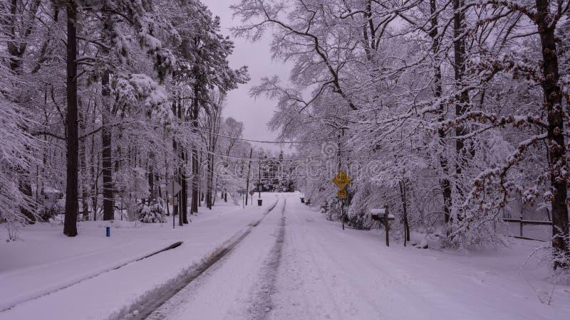 Sneeuw behandelde straat in woonbuurt royalty-vrije stock afbeeldingen