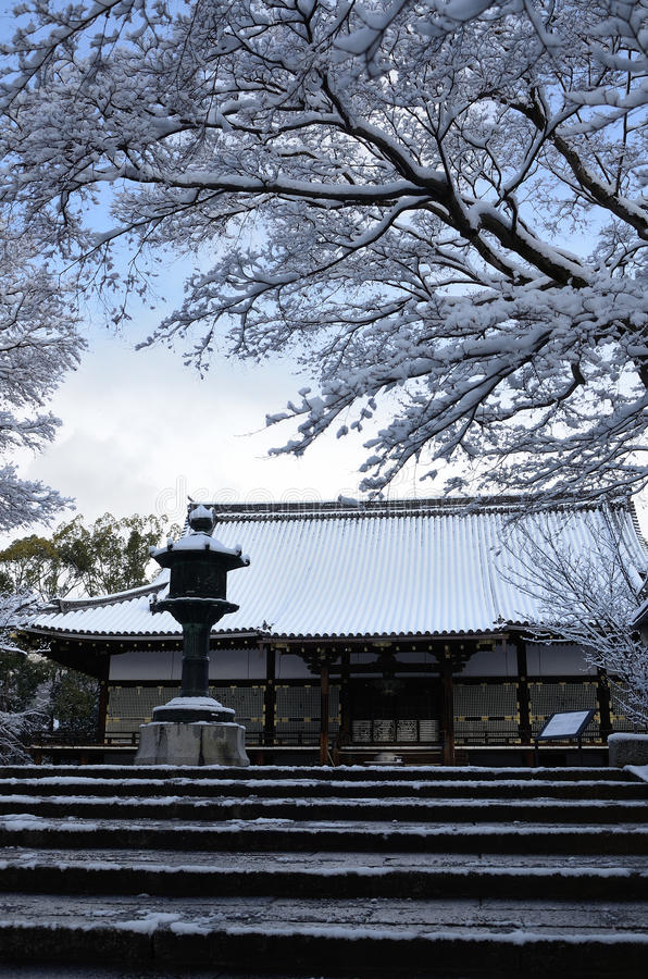 Sneeuw behandelde tempel, de winter in Kyoto Japan royalty-vrije stock foto