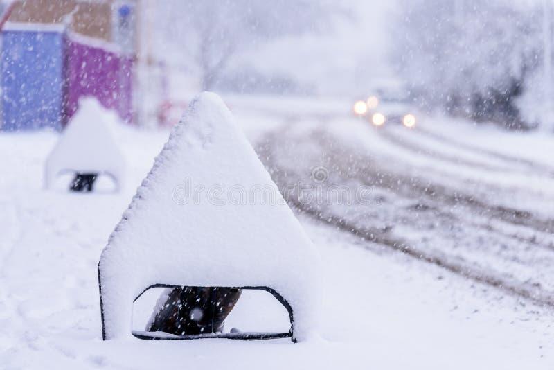 Sneeuw behandelde verkeersteken op Britse autosnelwegweg stock foto