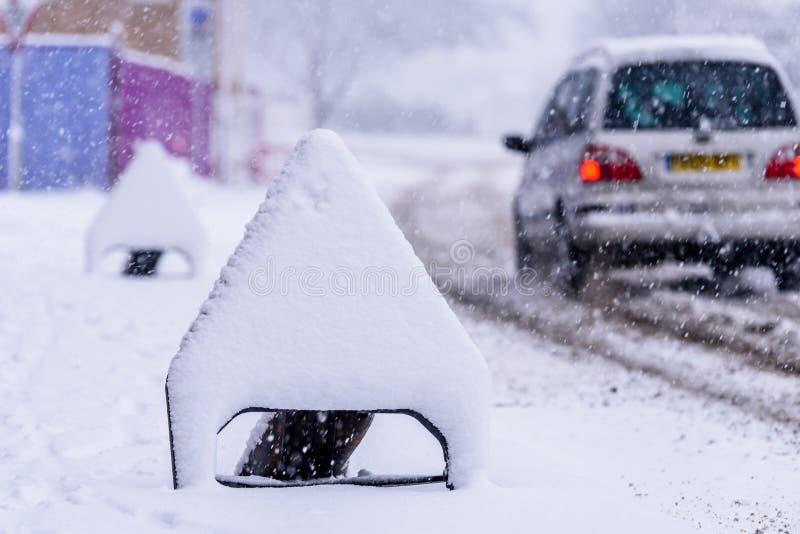 Sneeuw behandelde verkeersteken op Britse autosnelwegweg stock fotografie