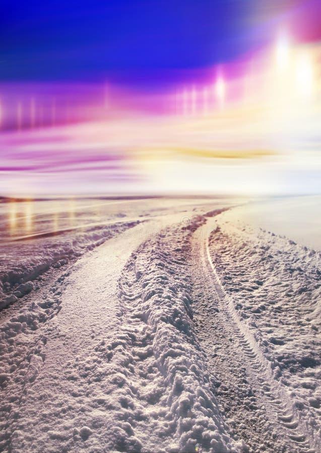 Sneeuw behandelde weg en polaire lichten stock fotografie
