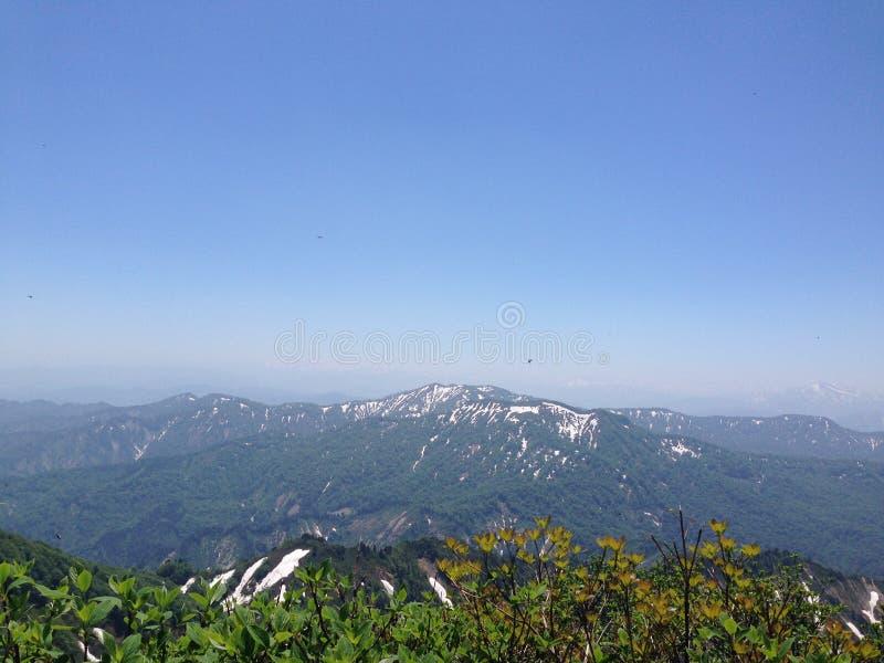 Sneeuw bestrooide bergen stock afbeeldingen