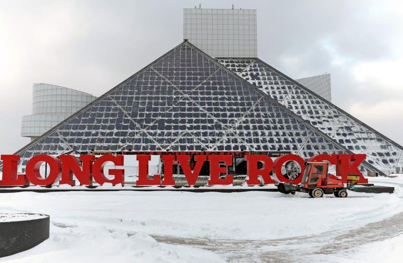 Sneeuw die bij het Rock and Roll Hall of Fame en het Museum in Cleveland, Ohio, de V.S. worden verwijderd stock afbeelding