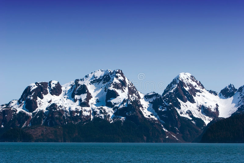 Sneeuw die op bergen smelt stock fotografie