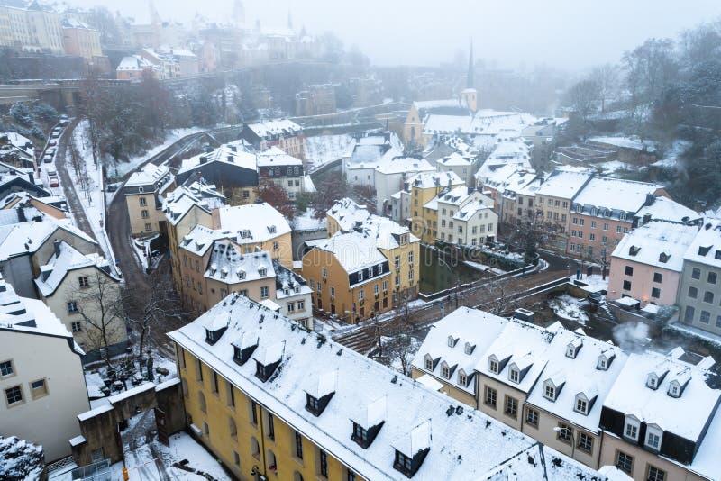 Sneeuw en mist behandelde Grund, het oude deel van de stad van Luxemburg stock afbeeldingen