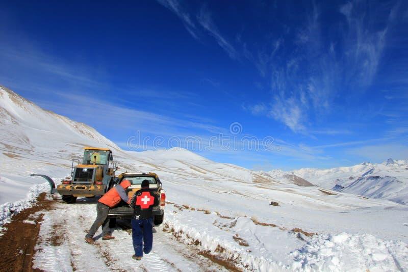 Sneeuw het graven en het wegwerk in Valle Hermoso dichtbij Las Lenas, Patagonië, Argentinië stock foto's