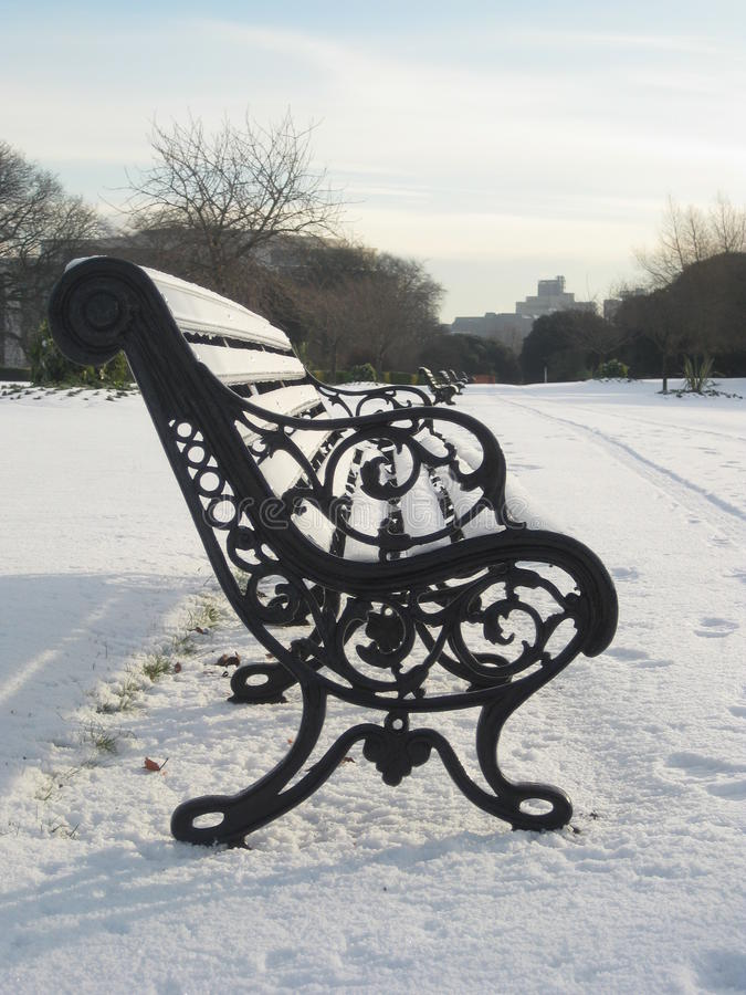 Sneeuw, het Park van Phoenix, Dublin, Ierland, parkbank stock afbeeldingen