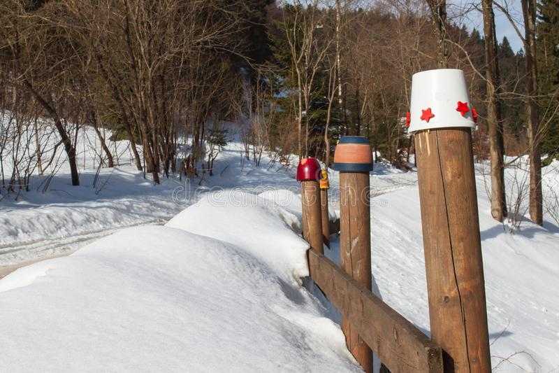 Sneeuw Houten Omheining Oude omheining in de winter Snow-Covered Landschap stock fotografie