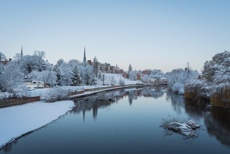 Sneeuw, ijzige mening langs de Rivier Severn, Shrewsbury, Shropshire stock foto