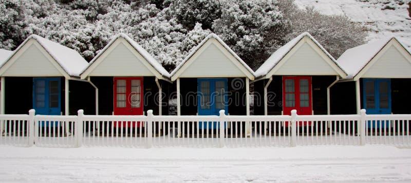 Sneeuw klassieke Engelse strandhutten stock foto
