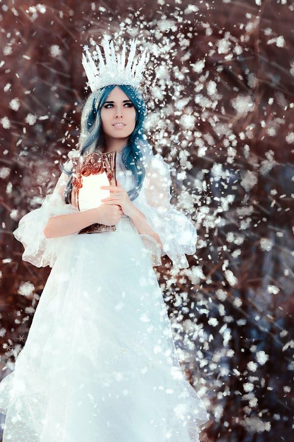 Sneeuw Koningin Holding Mirror in de Winterfantasie stock afbeelding