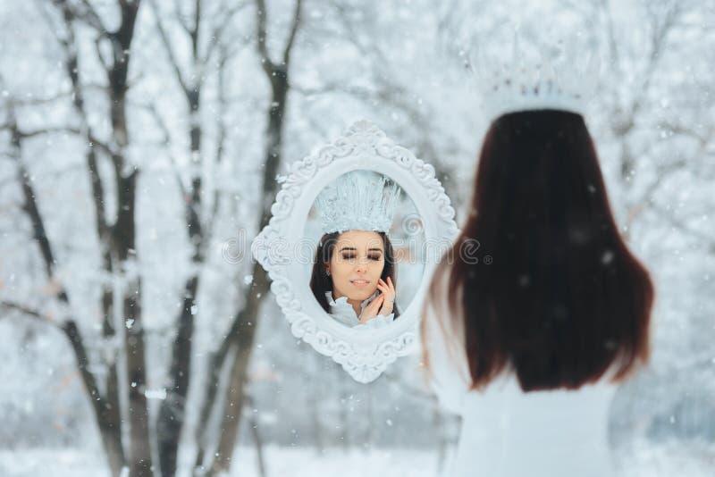 Sneeuw Koningin Looking in het Magische Portret van de de Vorstfantasie van de Spiegelwinter royalty-vrije stock afbeelding