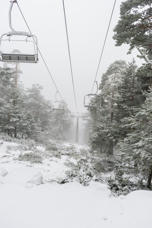 Sneeuw, mening van de stoeltjeslift voor skiërs in de praktijk van hemel, P royalty-vrije stock afbeelding