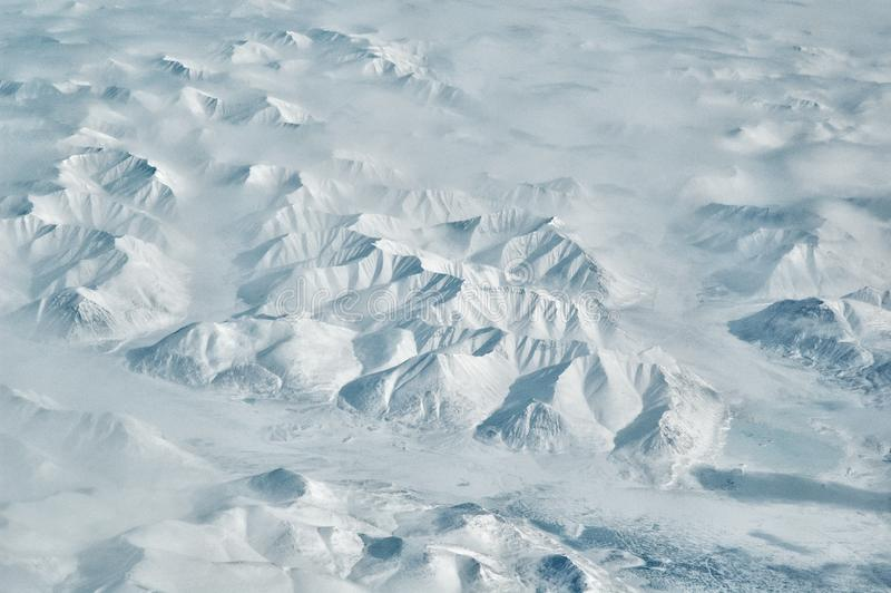 Sneeuw noordpoolbergranden en het toneel luchtlandschap van de riviervallei op zonnige de winterdag stock foto