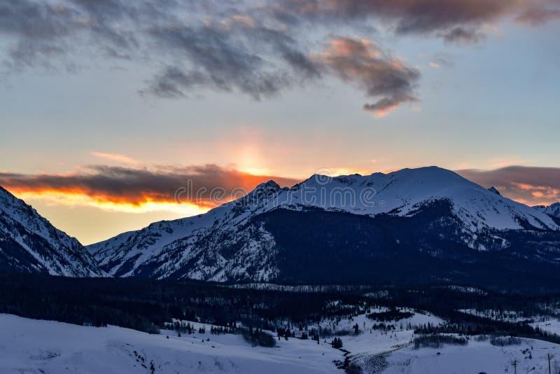 Sneeuw Omvat Rocky Mountain Peak Sunset stock afbeeldingen