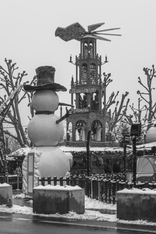 Sneeuw omvatte sneeuwman in de zwart-witte markt van Kerstmisnoel stock fotografie