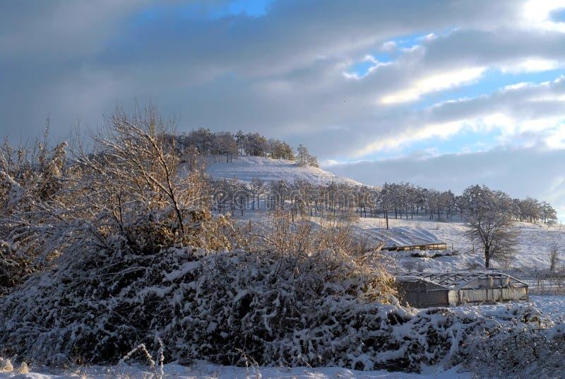Sneeuw op de bergbovenkant stock afbeelding