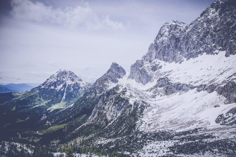 Sneeuw op Gray Black Mountain Range royalty-vrije stock afbeelding