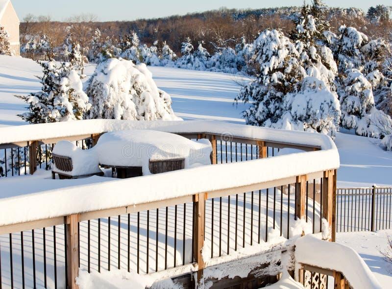 Sneeuw op houten lijst stock foto's