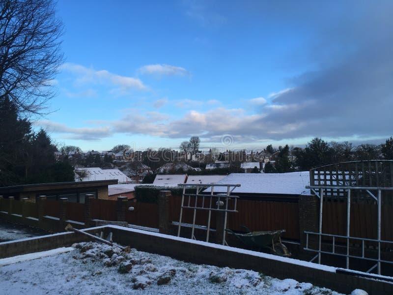 sneeuw op huizen wordt geregeld dat royalty-vrije stock afbeeldingen