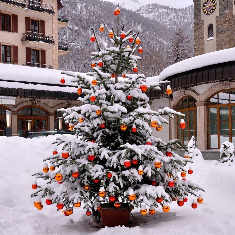 Sneeuw op Kerstmisboom royalty-vrije stock afbeeldingen