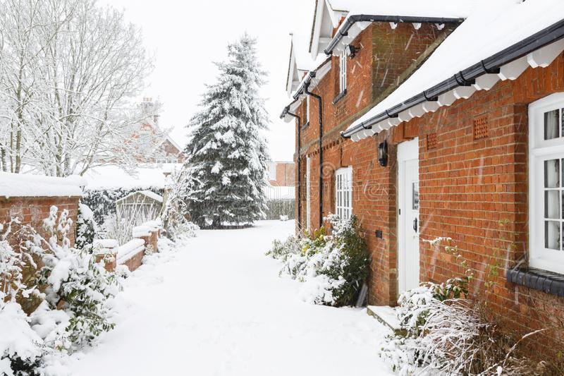Sneeuw op oprijlaan in de winter royalty-vrije stock foto's