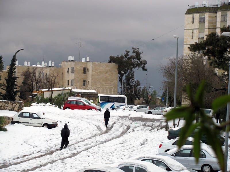 Sneeuw op straat na de massieve sneeuwval.  Jeruzalem, Israël royalty-vrije stock foto