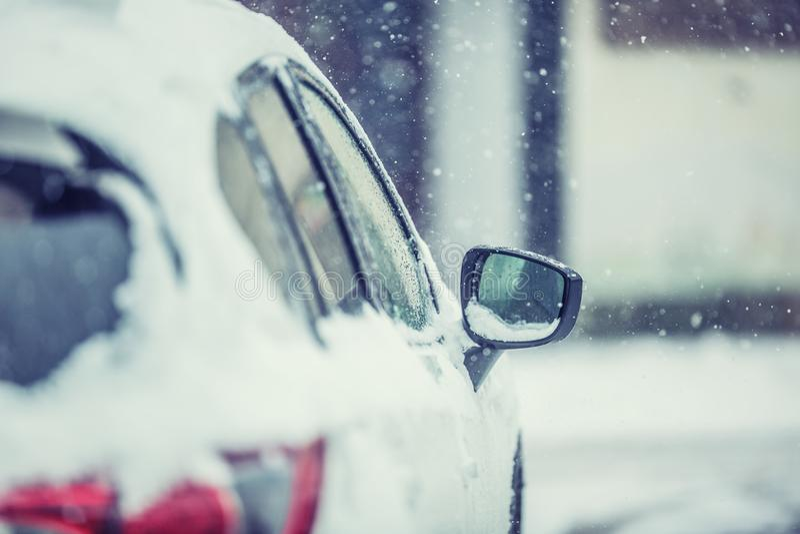 Sneeuw rond auto op de weg Wintertijd voor bestuurders stock foto