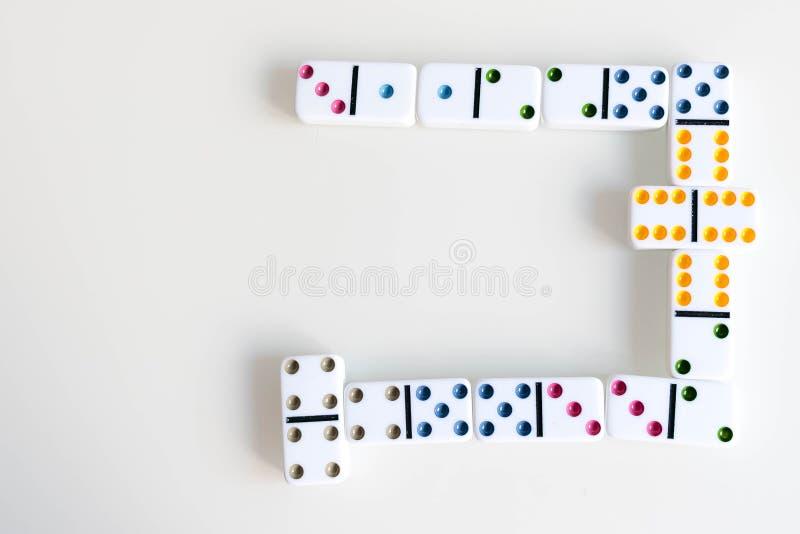 Sneeuwbaleffectschot Kijk neer voor dominospel Domino's die op een rij vooraan vallen De Stukken van het domino'sspel op Wit stock foto's