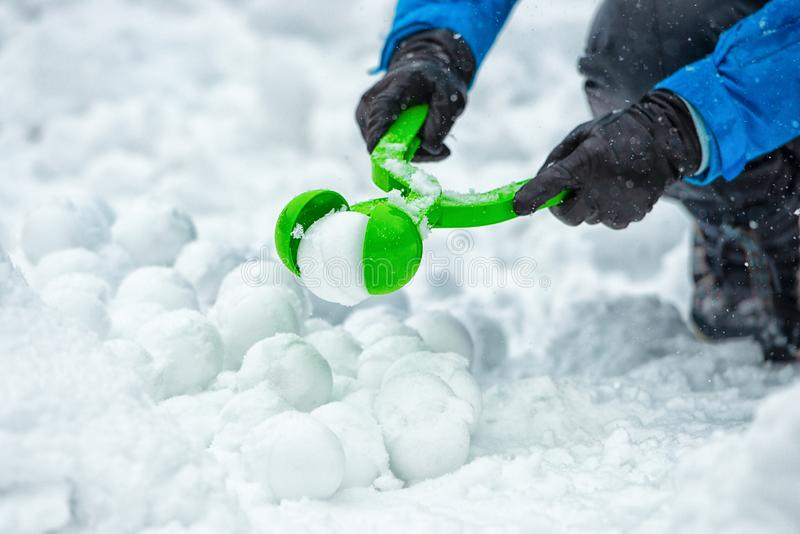 Sneeuwbalspel De kinderen maken sneeuwballen royalty-vrije stock afbeeldingen