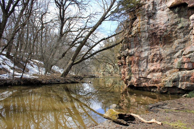 Sneeuwbank langs rivierbed in ravijn stock foto's