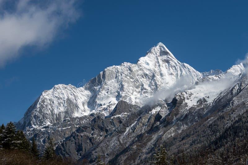 Sneeuwberg royalty-vrije stock afbeeldingen