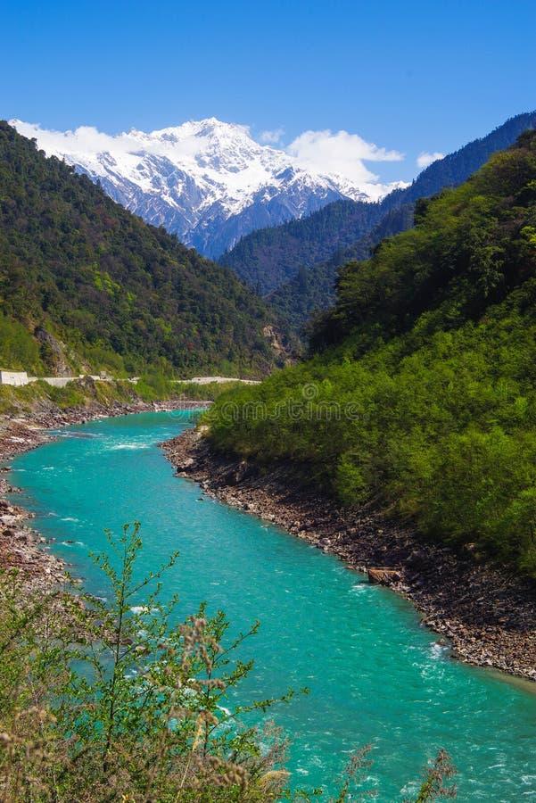 Sneeuwberg, duidelijk groen rivierlandschap van vallei royalty-vrije stock afbeeldingen