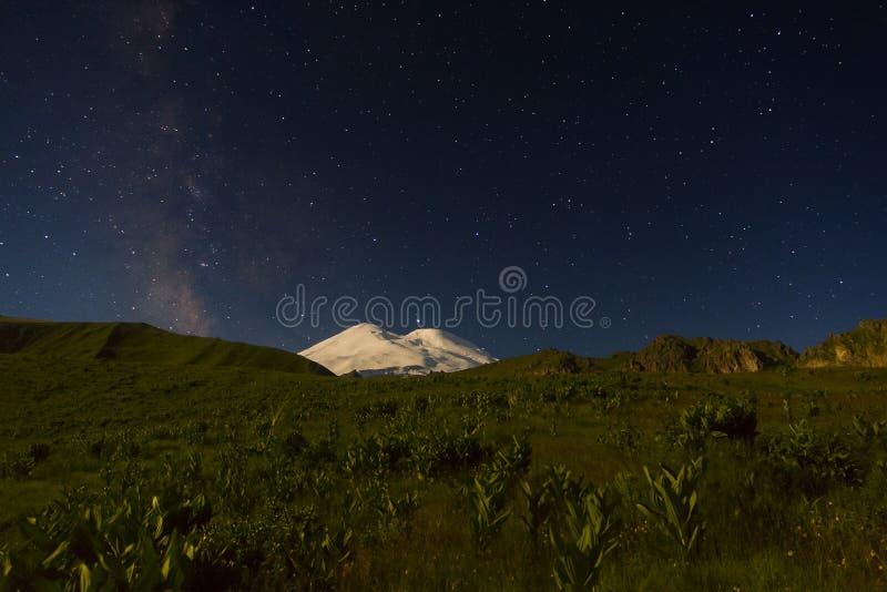 Sneeuwberg Elbrus in maanlicht, Melkwegsterren en Saturn bij nacht royalty-vrije stock foto