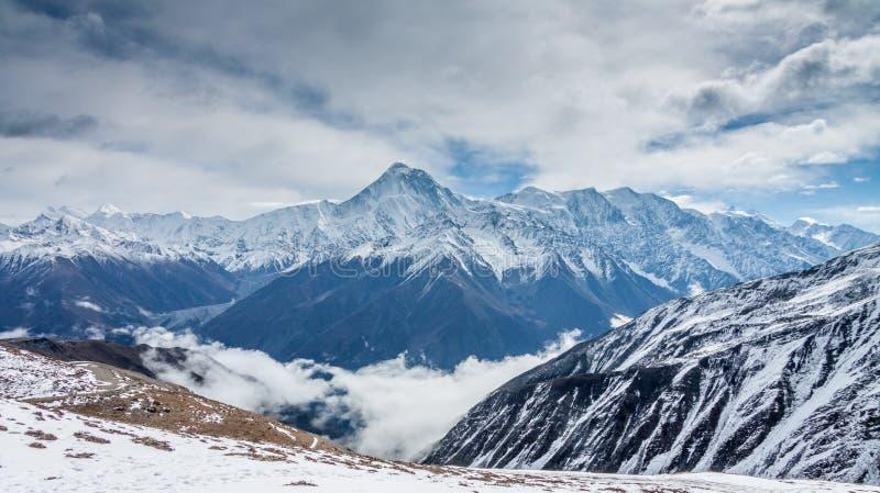 Sneeuwberg op de wolk royalty-vrije stock afbeelding