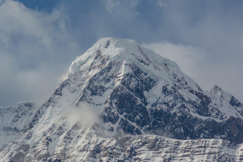 Sneeuwberg's piek omringd door wolken op Mardi Himal tocht royalty-vrije stock afbeeldingen